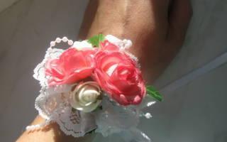 Бутоньерки для подружек невесты из цветов, атласных лент