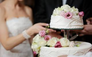 Свадебные торты с живыми цветами: чем и как украсить?