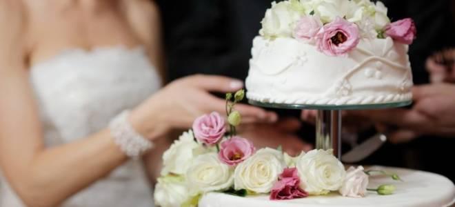 Свадебный голубой торт с цветами, фигурками, ягодами