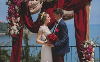 Свадьба в цвете марсала: оформление зала и стола и аксессуары