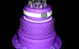 Фиолетовый свадебный торт с кремом и цветами