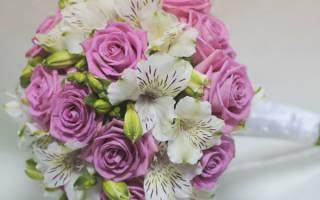 Букет из кустовых роз на свадьбу — красный, белый, с альстромерий