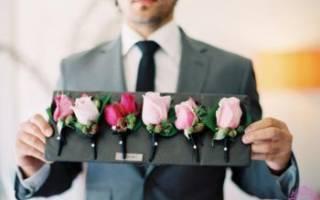 Бутоньерка для жениха из цветов, лент, шишек и ракушек
