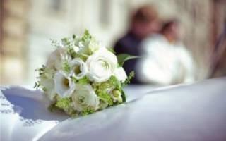 Красивый свадебный букет невесты из ранункулюсов