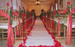Красно-белая свадьба: оформление зала