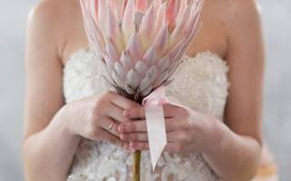 Свадебный букет из гладиолусов, астр, маков, с протеей, гентианой